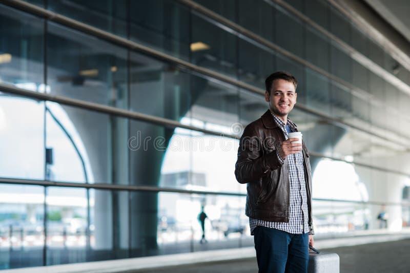 Jeune voyageur masculin beau élégant avec le poil se tenant dehors Veste et chemise de port d'homme Personne de sourire image libre de droits