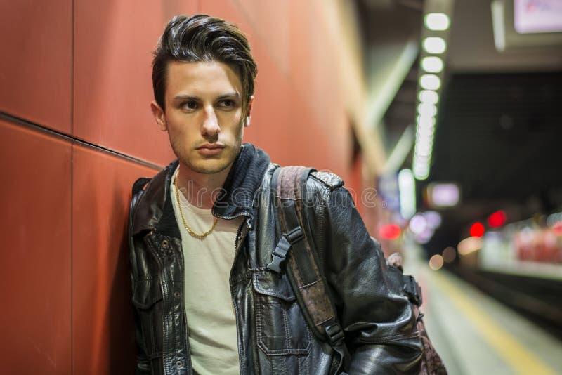 Jeune voyageur masculin beau dans la station de train photos stock