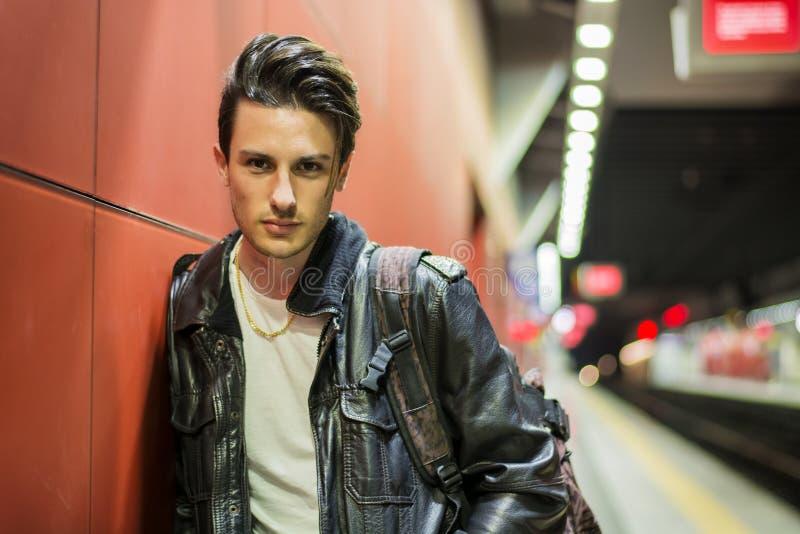 Jeune voyageur masculin beau dans la station de train photos libres de droits