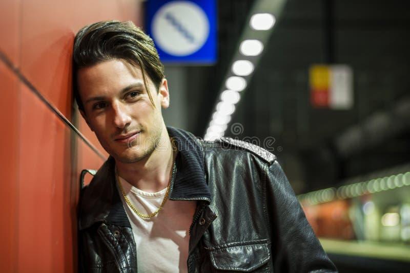 Jeune voyageur masculin beau dans la station de train image stock