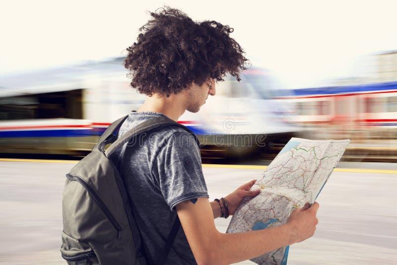 Jeune voyageur sur la station de train images libres de droits