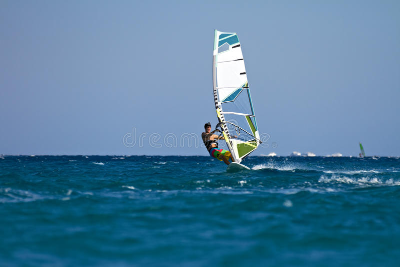 Jeune windsurfer mâle dans l'action photo stock