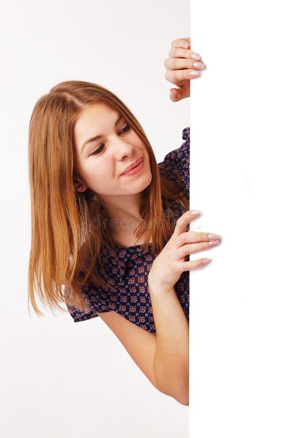Jeune Womman regarde le panneau d'affichage image libre de droits