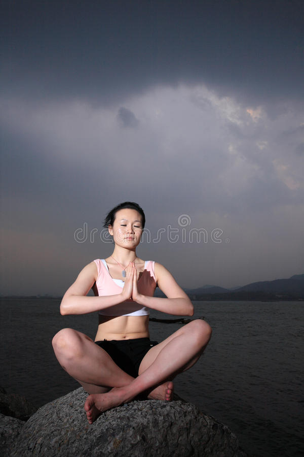 Jeune YOGA asiatique de femme à l'extérieur photos stock