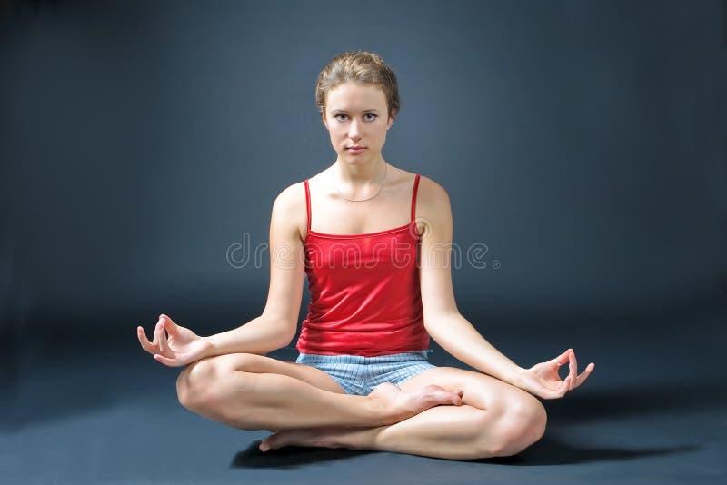 Jeune yoga de pratique femelle photo libre de droits
