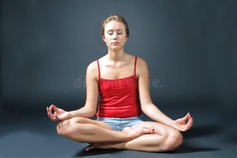 Jeune yoga de pratique femelle photos stock