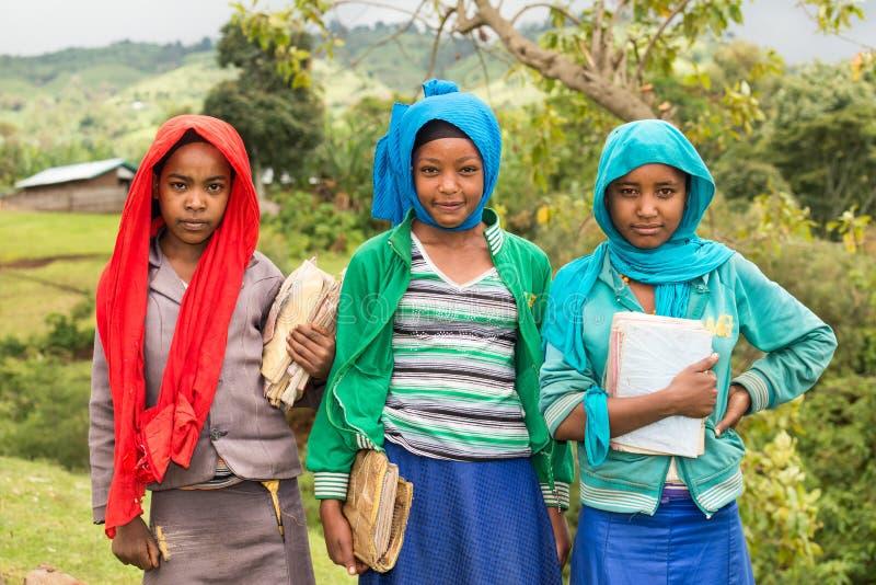 Jeunes écolières éthiopiennes tenant leurs exercices photographie stock