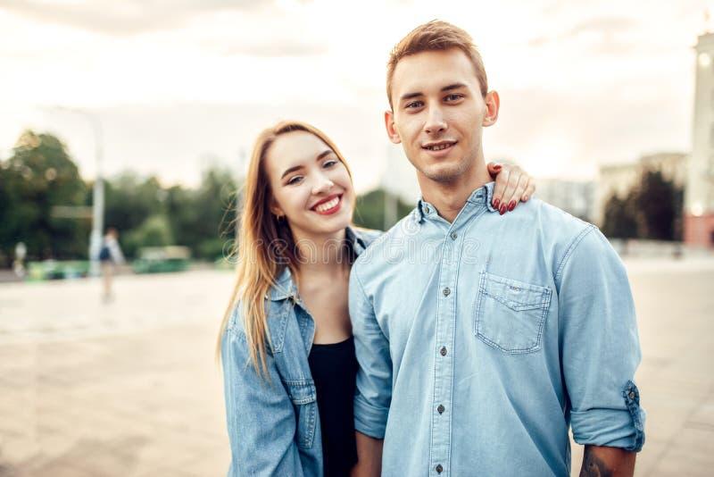 Jeunes étreintes riantes de couples en parc de ville d'été image libre de droits