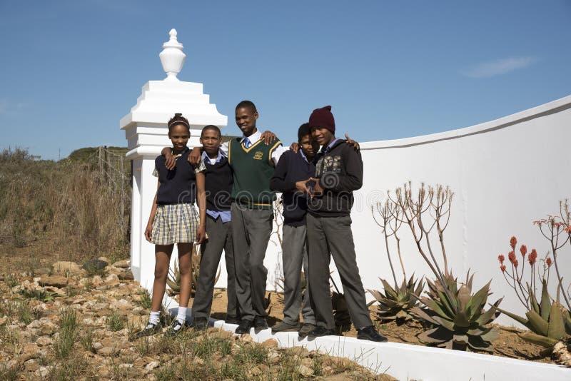 Jeunes étudiants au bord de la route Afrique du Sud photos stock