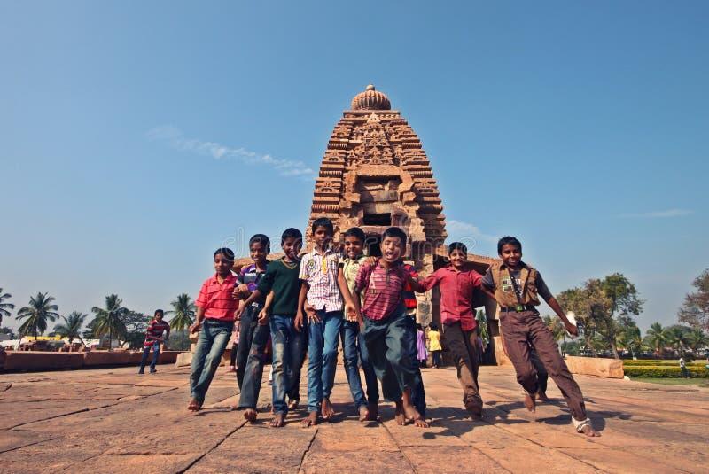 Jeunes étudiants ayant l'amusement pendant l'excursion image libre de droits