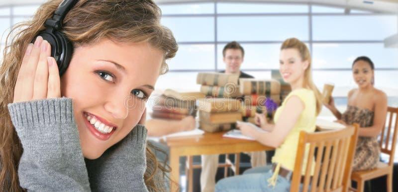 Jeunes étudiants dans la bibliothèque photographie stock libre de droits