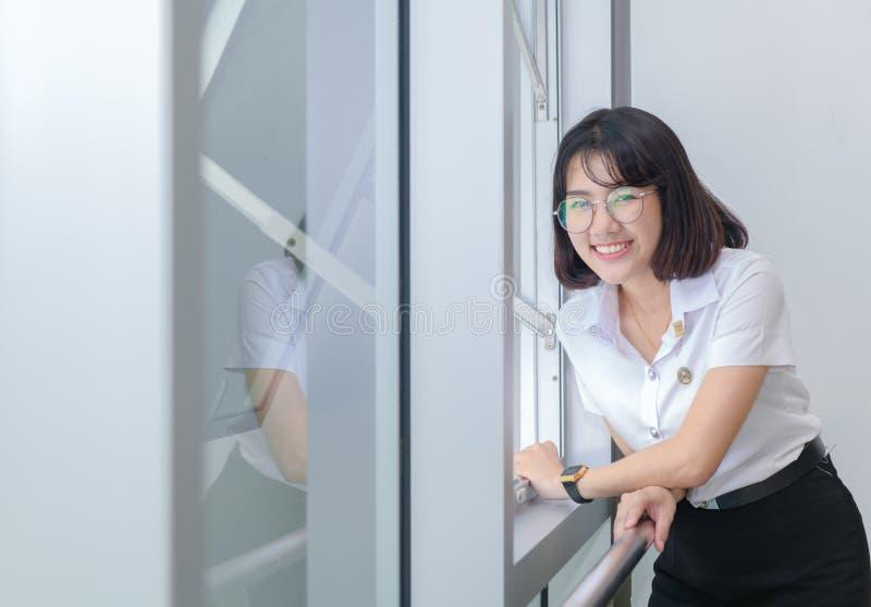 jeunes étudiants dans le sourire uniforme près de la fenêtre, concept d'éducation photos stock