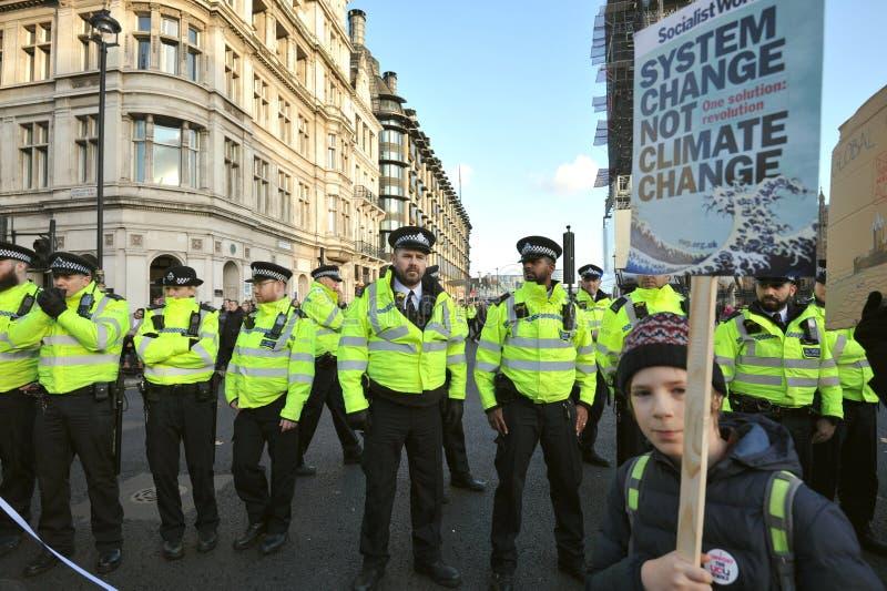 Jeunes étudiants et élèves en grève pour protester contre le changement climatique image stock