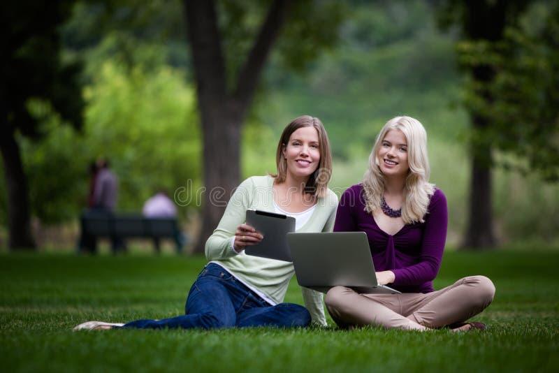 Jeunes étudiants heureux photos stock