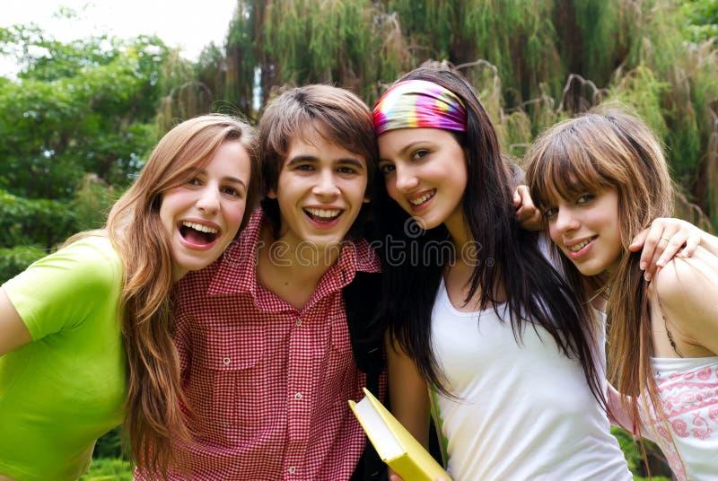 Jeunes étudiants heureux en stationnement image libre de droits