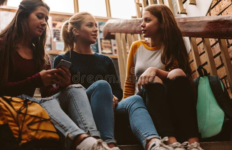 Jeunes étudiants sur le campus photo stock