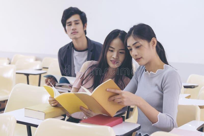 Jeunes étudiants universitaires lisant un livre dans la classe Éducation et Sc photos libres de droits