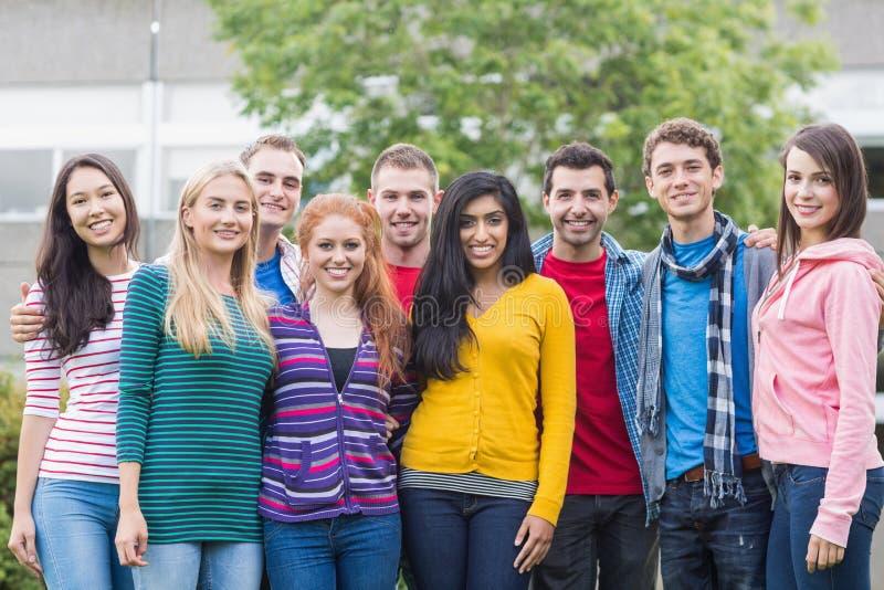 Jeunes étudiants universitaires se tenant en parc images stock