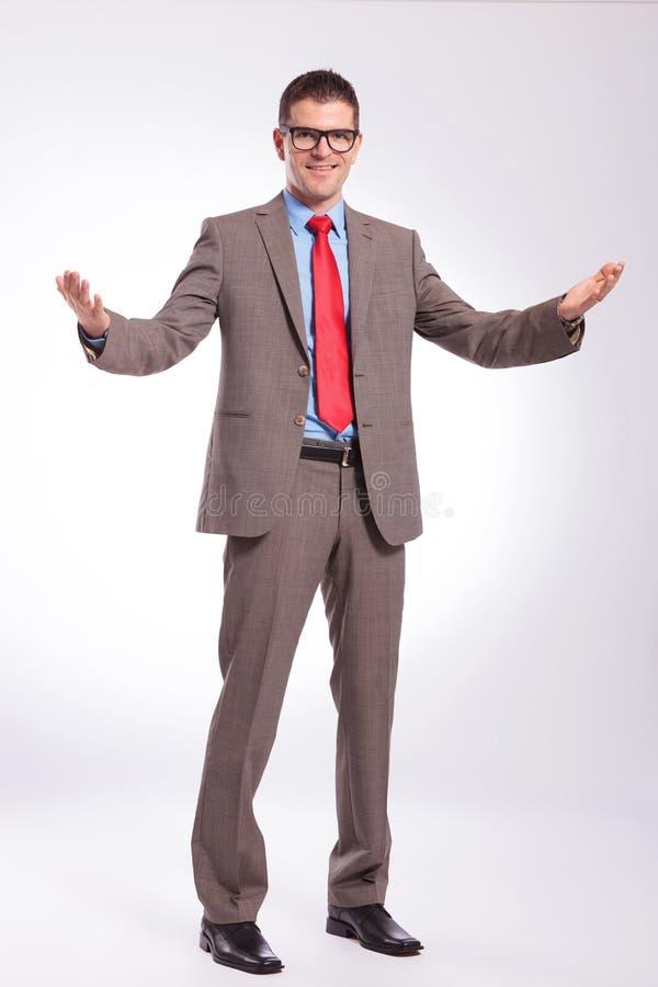 Jeunes accueils d'homme d'affaires vous photo stock
