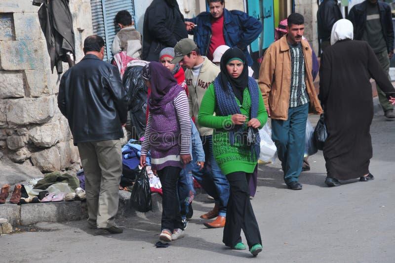 Jeunes achats jordaniens de rue de femme photo stock