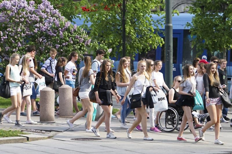 Jeunes adolescents sur la vue voyant la visite image stock