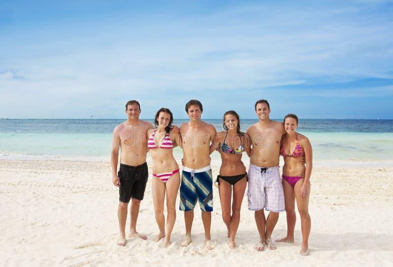 Jeunes adultes ayant l'amusement à la plage photo libre de droits