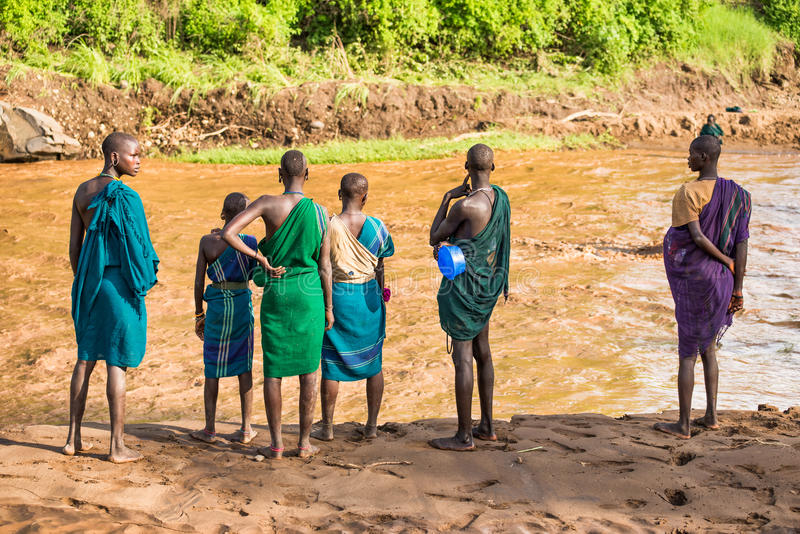 Jeunes adultes de la tribu africaine Suri, vallée d'Omo, Ethiopie image stock