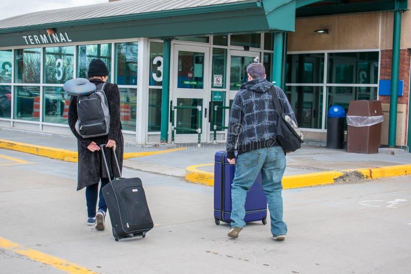 Jeunes adultes partant sur un voyage photographie stock libre de droits