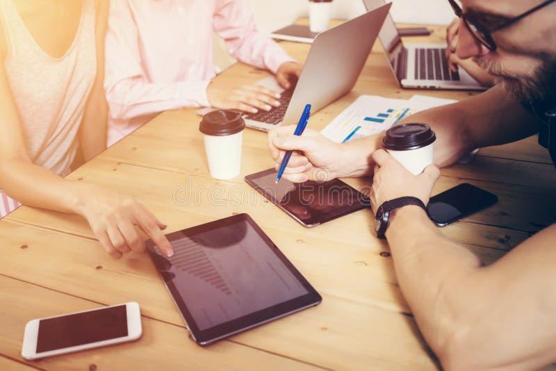 Jeunes affaires Team Brainstorming Meeting Process Projet de démarrage de vente de collègues Personnes créatives faisant le grand photographie stock libre de droits