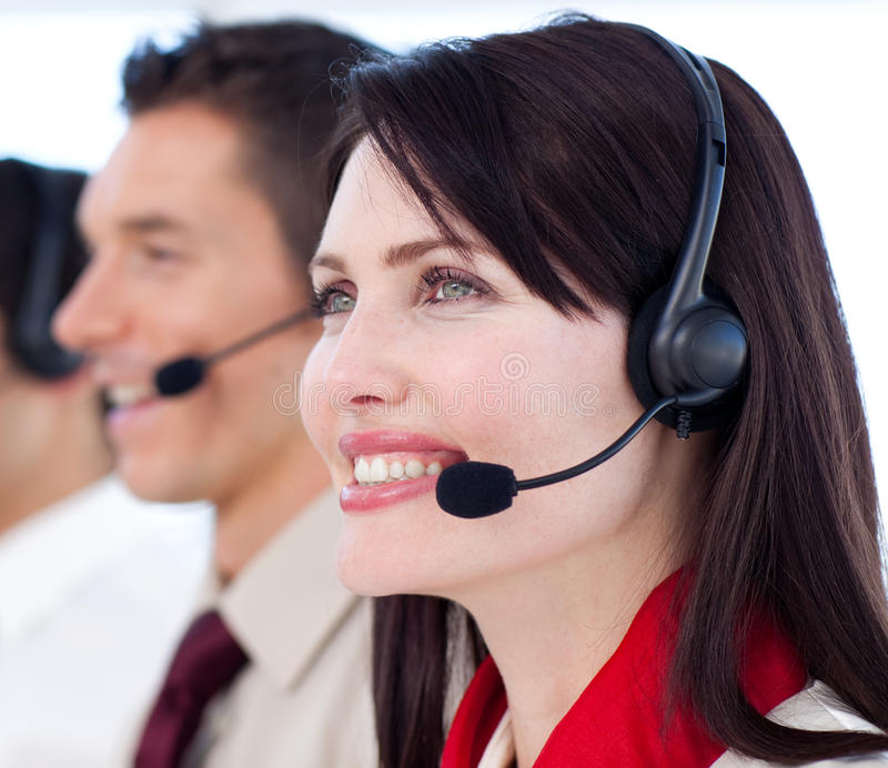 Jeunes agents de service à la clientèle un centre d'attention téléphonique photo stock