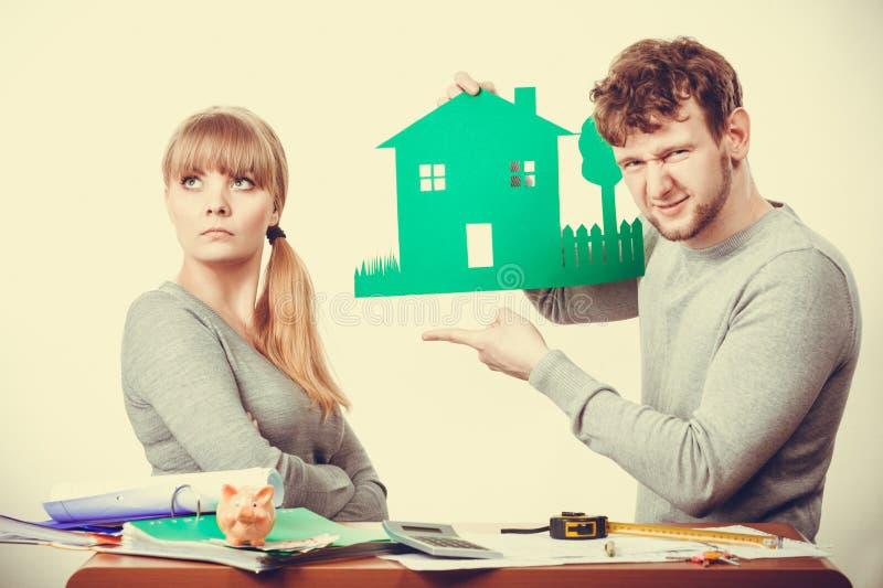 Jeunes ajouter à la maison verte écologique image stock