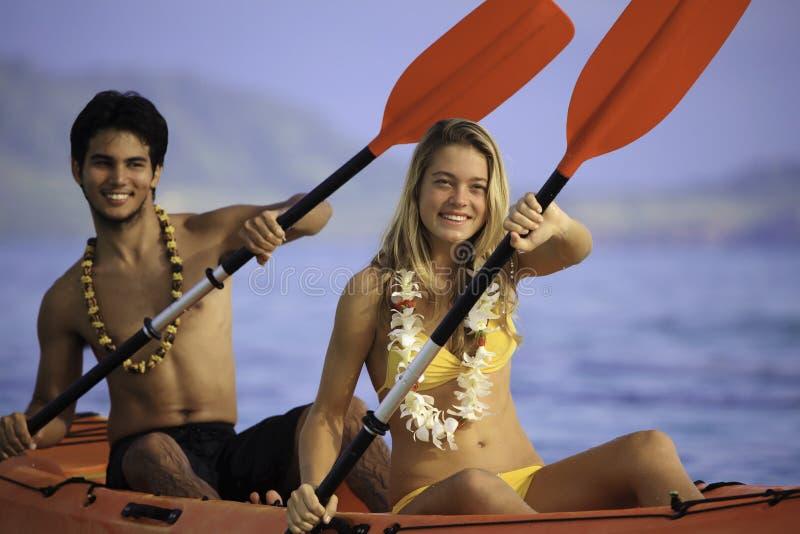 Jeunes ajouter à leur kayak photo stock