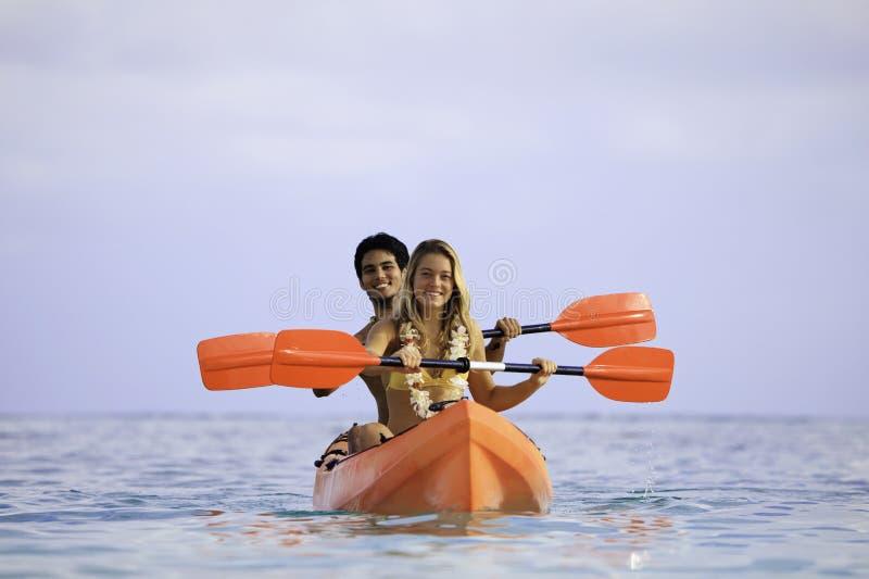 Jeunes ajouter à leur kayak photographie stock libre de droits