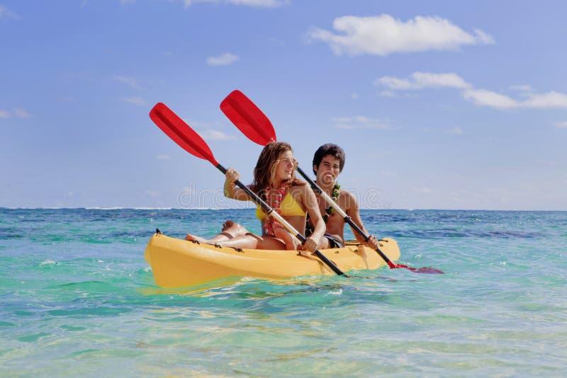 Jeunes ajouter à un kayak photo stock