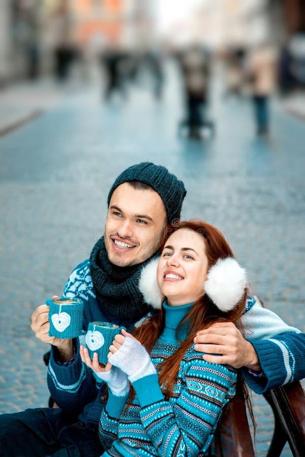 Jeunes ajouter au café en hiver dehors image stock
