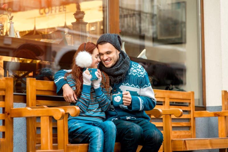 Jeunes ajouter au café en hiver dehors photo libre de droits