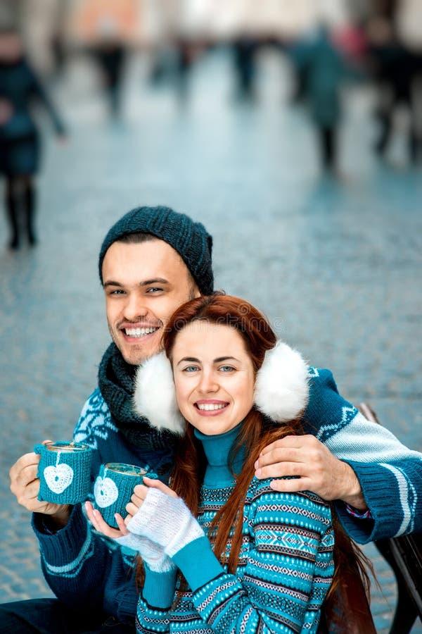 Jeunes ajouter au café en hiver dehors image libre de droits