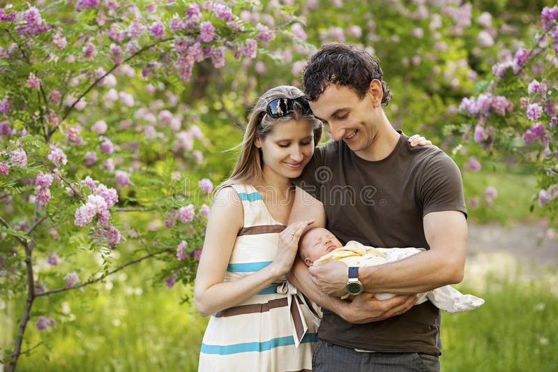 Jeunes ajouter au fils nouveau-né dehors image libre de droits