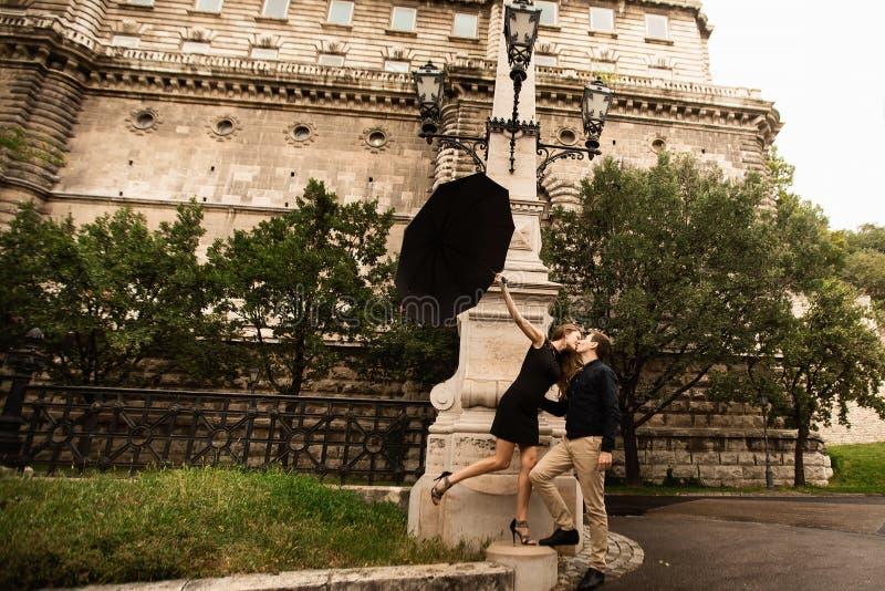 Jeunes ajouter au parapluie marchant ? Budapest un jour pluvieux Histoire d'amour photo stock