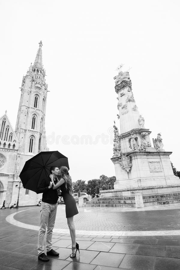 Jeunes ajouter au parapluie marchant ? Budapest un jour pluvieux Histoire d'amour Rebecca 36 photographie stock