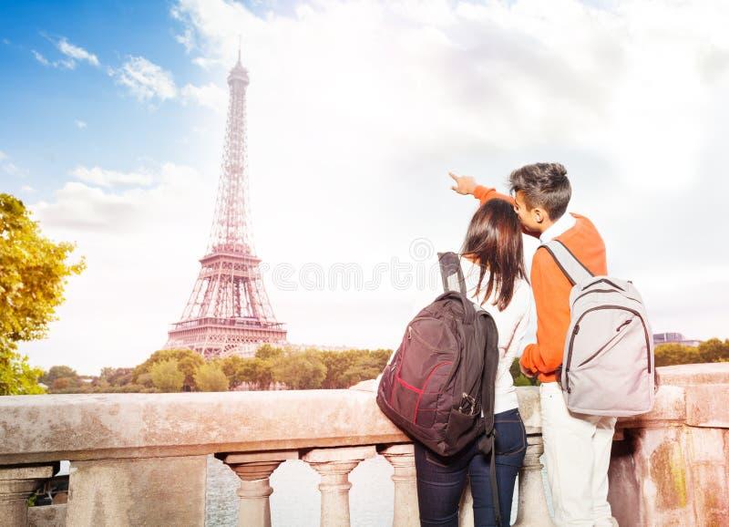 Jeunes ajouter aux sacs à dos marchant le long de Paris images libres de droits