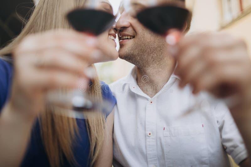 Jeunes ajouter aux verres de vin rouge dans un restaurant photo stock