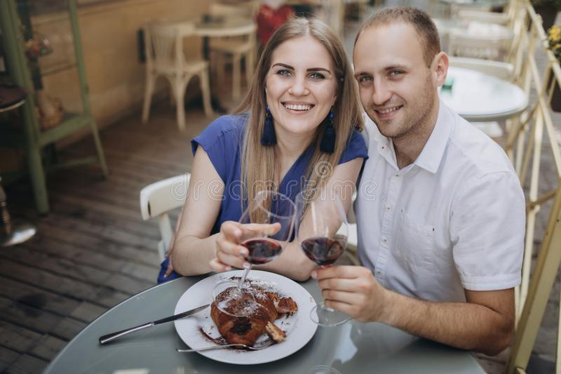 Jeunes ajouter aux verres de vin rouge dans un restaurant photos libres de droits