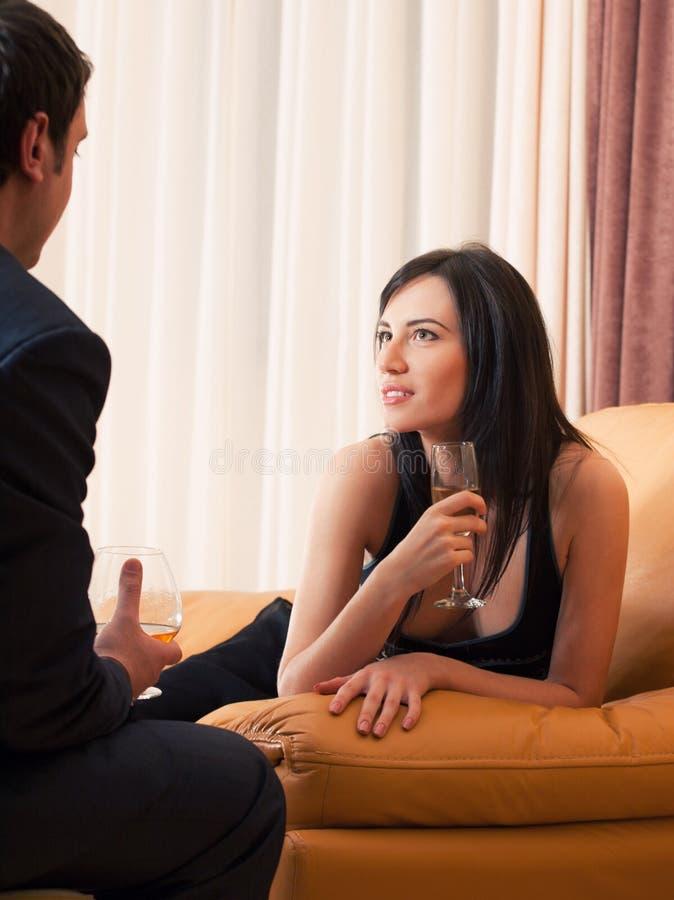 Jeunes ajouter de flirt heureux aux boissons d'alcool photo libre de droits