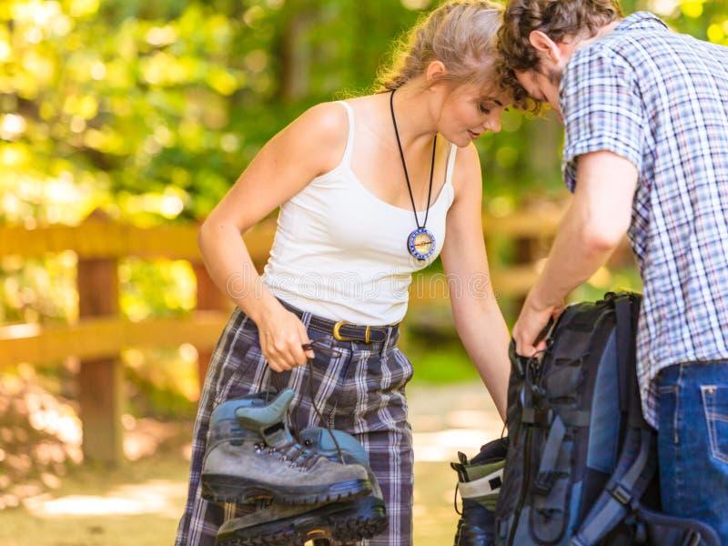 Jeunes ajouter de randonneur au sac à dos en nature images stock