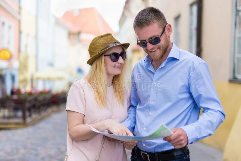 Jeunes ajouter heureux à la carte de ville photographie stock libre de droits