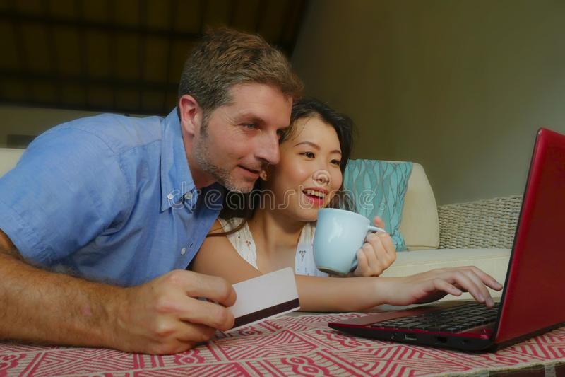 Jeunes ajouter m?lang?s heureux et beaux d'appartenance ethnique au mari ou l'ami caucasien et l'?pouse ou l'amie chinoise asiati images libres de droits