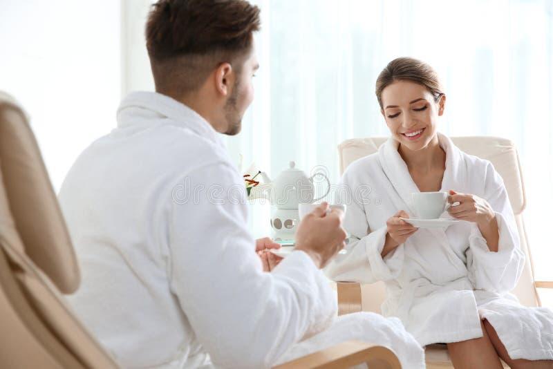 Jeunes ajouter romantiques au th? image stock