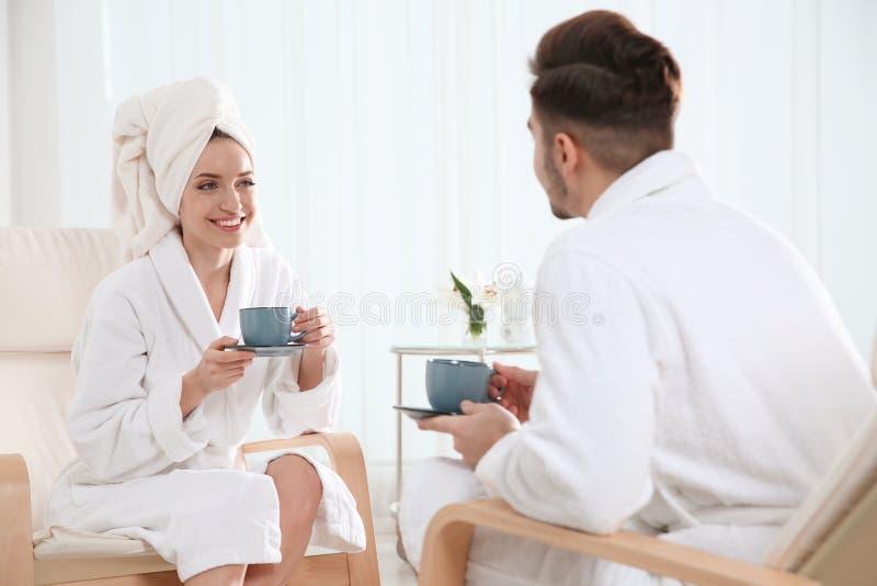 Jeunes ajouter romantiques au th? images stock