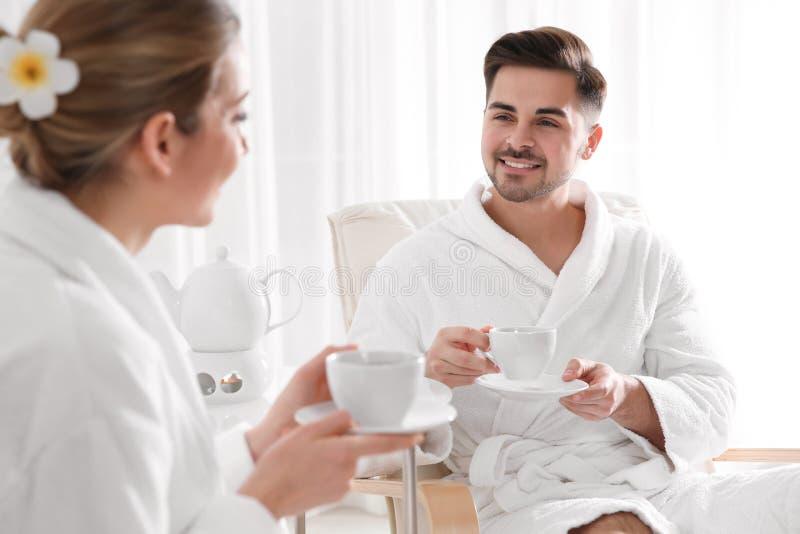 Jeunes ajouter romantiques au th? photographie stock